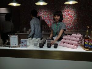 飲み物はコーヒー、カフェオレ、紅茶、緑茶の4種類。ホットとアイスが用意されている。